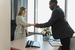 Uścisk dłoni szefa lub rekrutera - dobre maniery podczas rozmowy kwalifikacyjnej