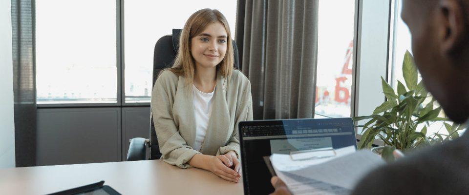 Rozmowa o pierwszą pracę - uśmiechnięta dziewczyna