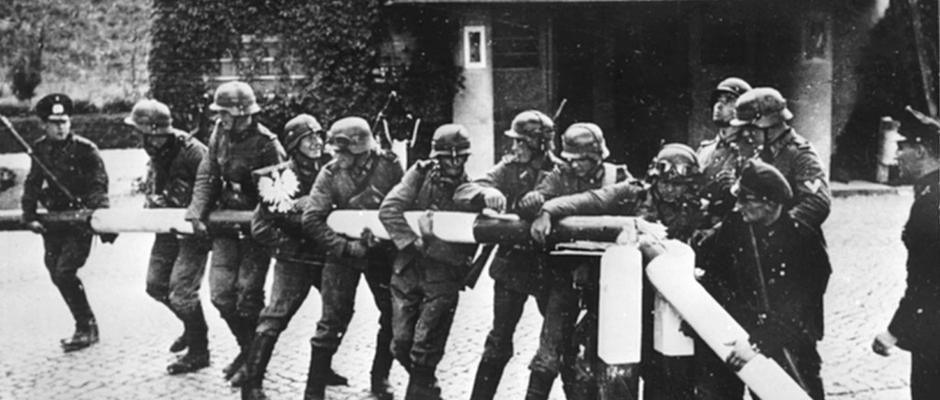 Niemcy łamiący polski szlaban graniczny - pierwsze dni września 1939