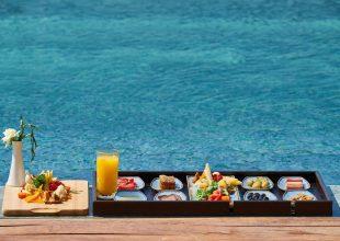 Sushi na tacce - widok na morze - jedzenie na wakacjach